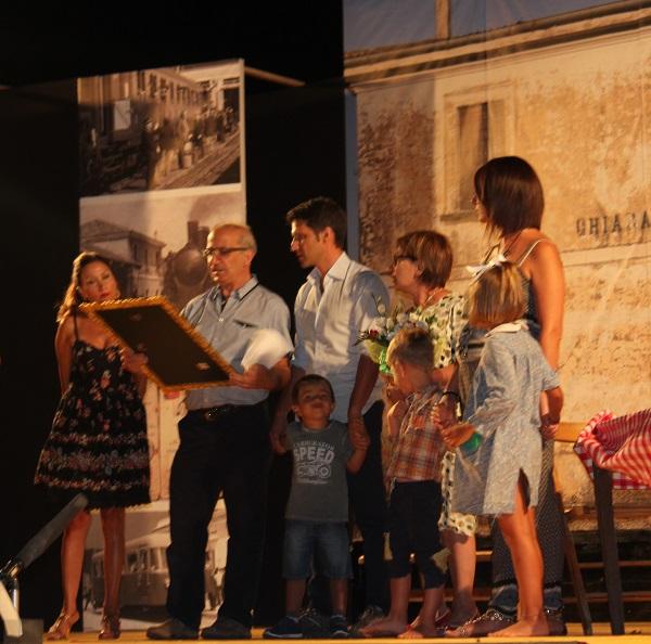 consegna targa_ Da sx Vittoria Camobreco, Pino Tropea e famiglia  di Ciccio Maida